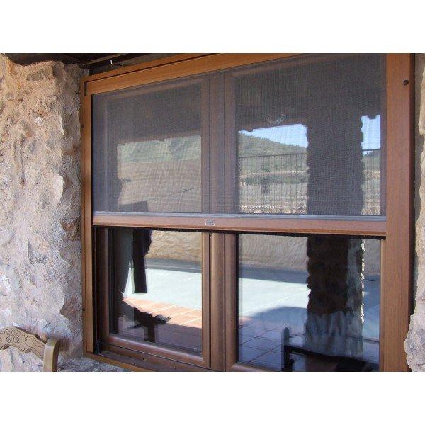 mosquitera enrollable color madera en casa de piedra