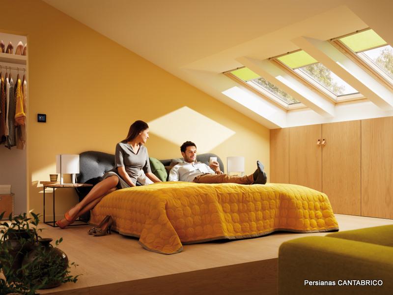 dormitorio con cortinas velux