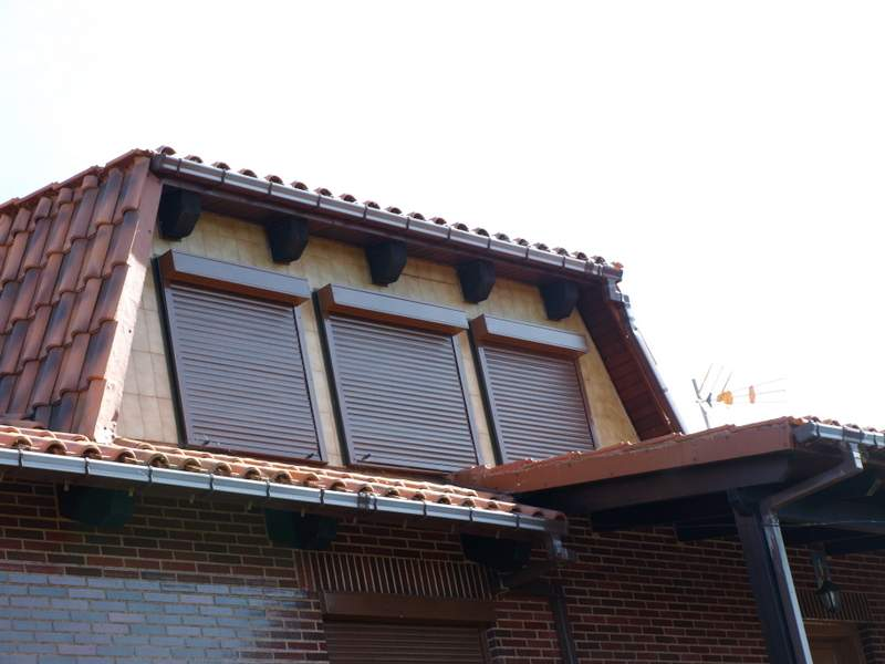 Persianas de madera exterior utrecht with persianas de for Caseton puerta corredera precios
