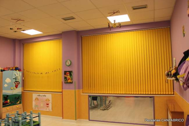 cortina vertical amarilla instalada en guarderia
