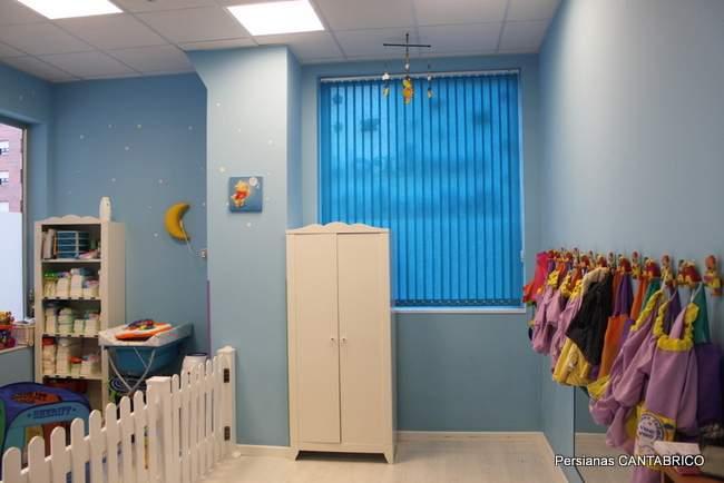 cortina vertical azul instalada en comedor de guarderia VEO VEO
