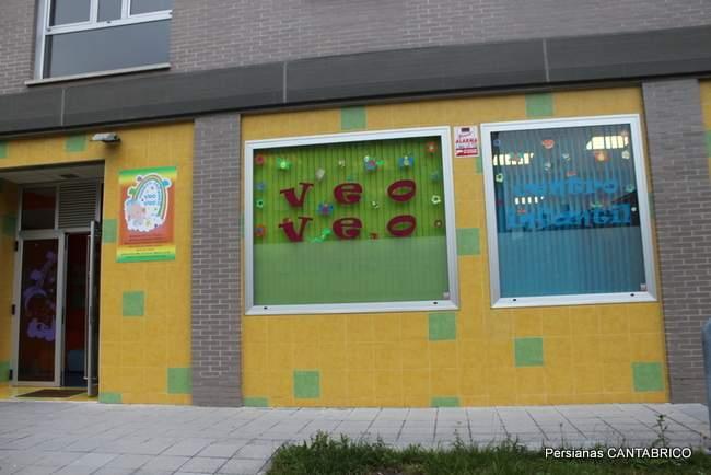 fachada de guarderia con verticales de diferentes colores
