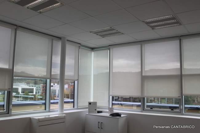 vista desde interior de oficina con  estores enrollables