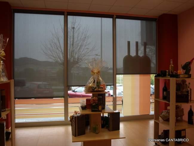 interior de local comercial con estores enrollables