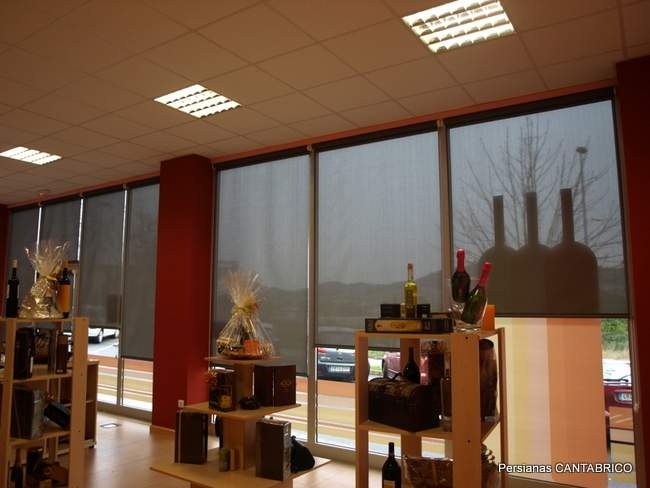 ventanal con estores enrollables