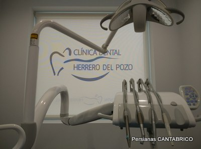 maquinaria de clinica con estor de fondo