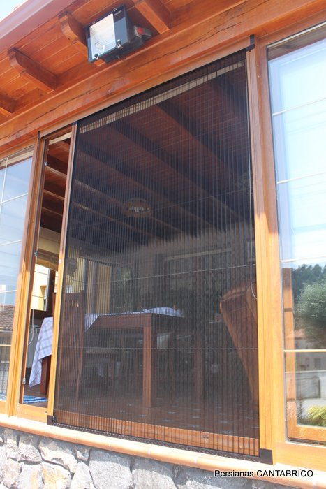 mosquitera color madera instalada en terraza