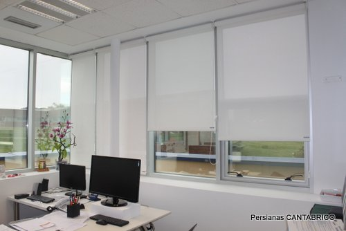 Enrollable persianas cant brico for Estores para oficinas