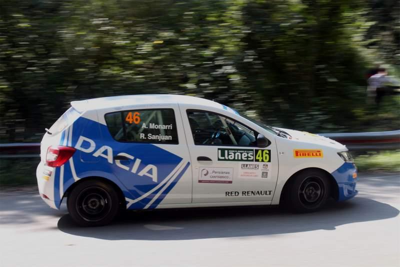 Dacia sandero en tramo de rallye de llanes