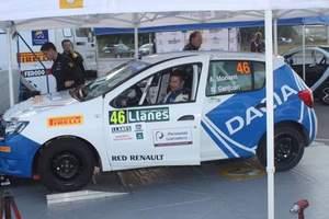 Alberto Monarri bajandose del Dacia