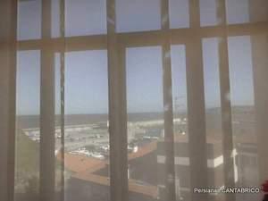 Vista del puerto de Candas desde el despacho del Alcalde atraves de un panel Bandalux