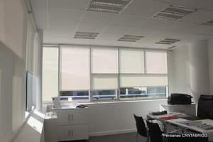Despacho con estores enrollables Bandalux con tejido Polyscreen