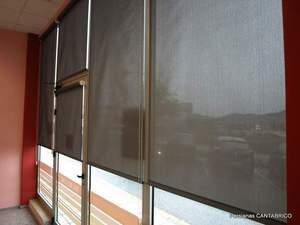 vista desde un local atraves de estores con tejido screen