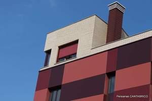 Vista de edificio con estor exterior