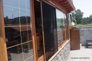 Mosquitera plisada vertical color madera