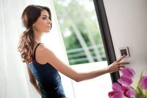 mujer accionando persiana motorizada