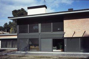Fachadas de vivienda unifamiliar con persianas orientables GRADHERMETIC grises