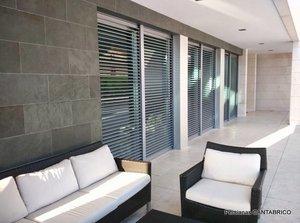 Terraza con persianas orientables